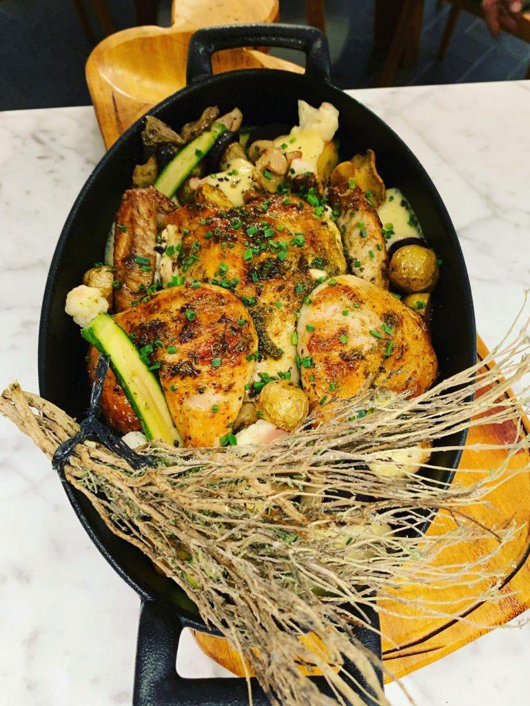 Picantón marinado con hierbas aromáticas